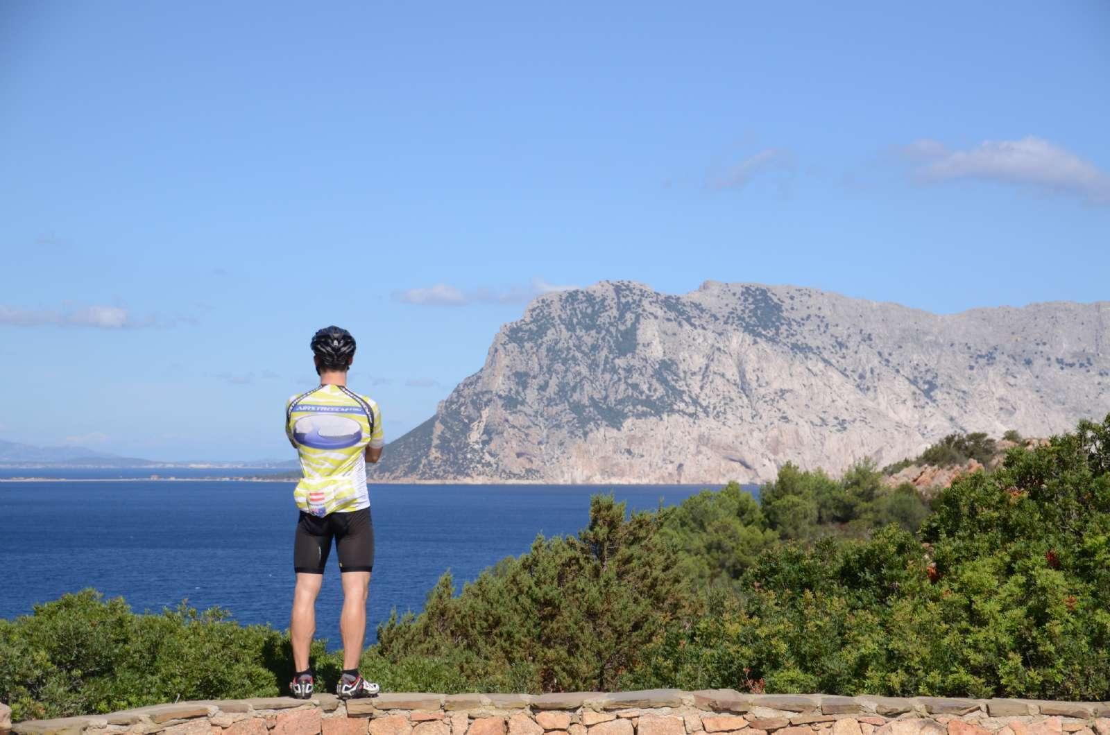 Cyklister blickar ut över havet
