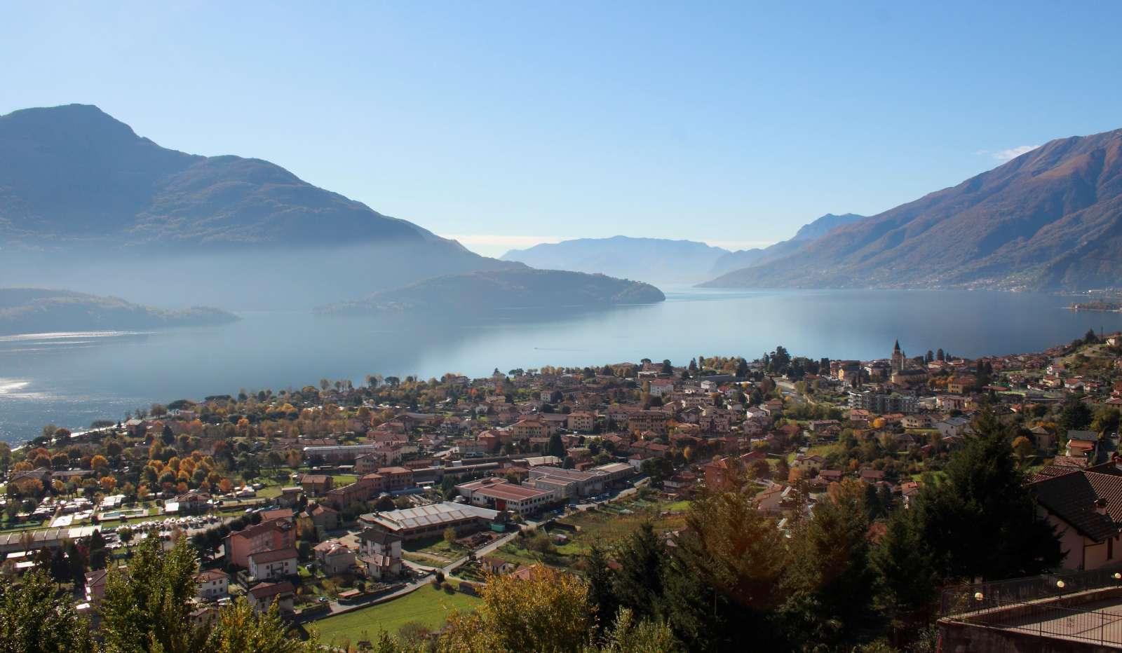 Udsigt oppe fra Vercana ud over Comosøen og byen Domaso
