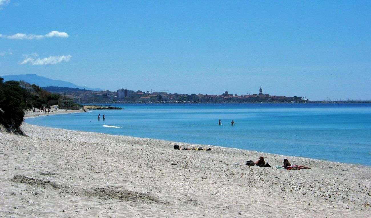 Der Strand Maria Pia mit Blick auf Alghero