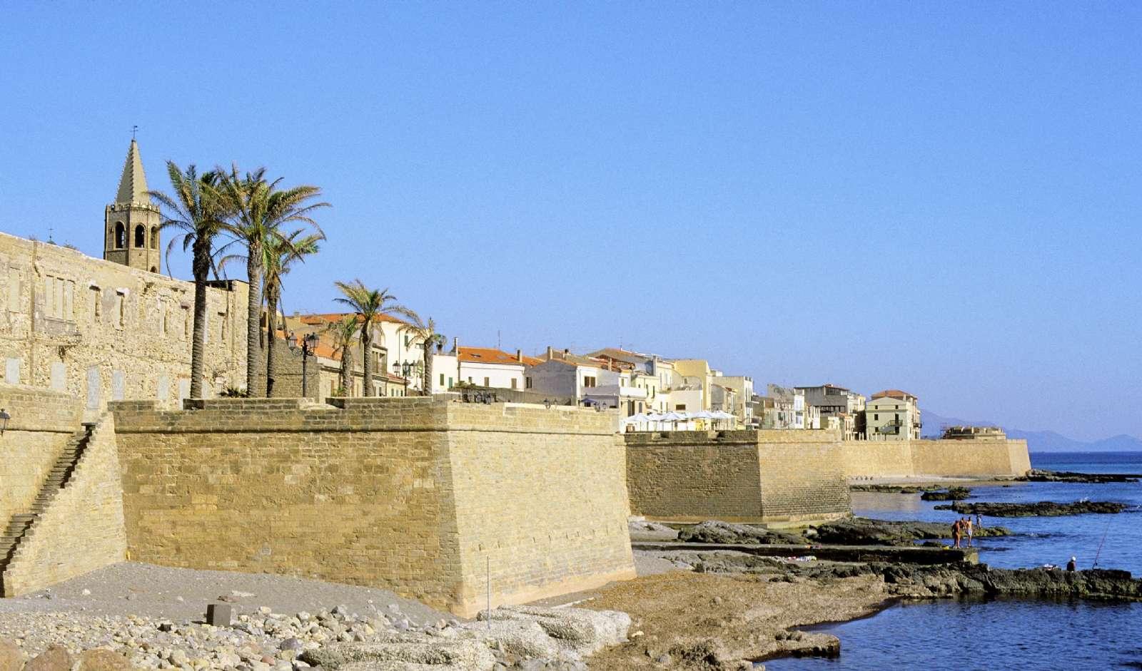 Algheros ursprungliga stadsmur från medeltiden och domkyrkan Santa Marias vackra, gotiska klocktorn