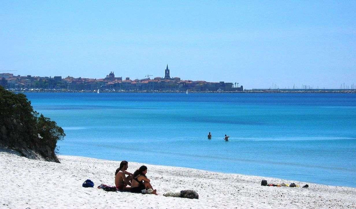 Utsikt över Alghero från stranden Maria Pia
