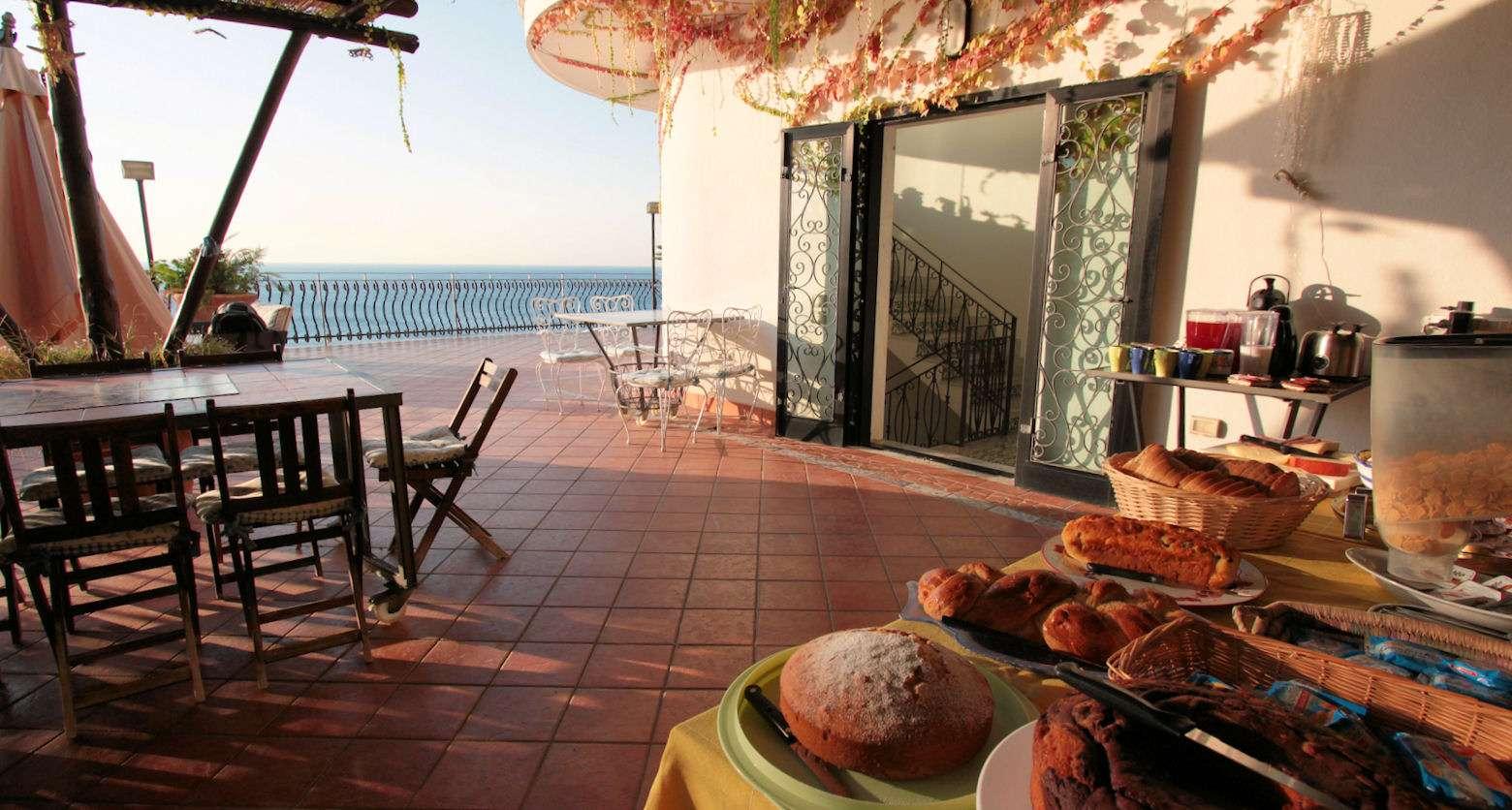 Morgenmad på den fælles terrasse