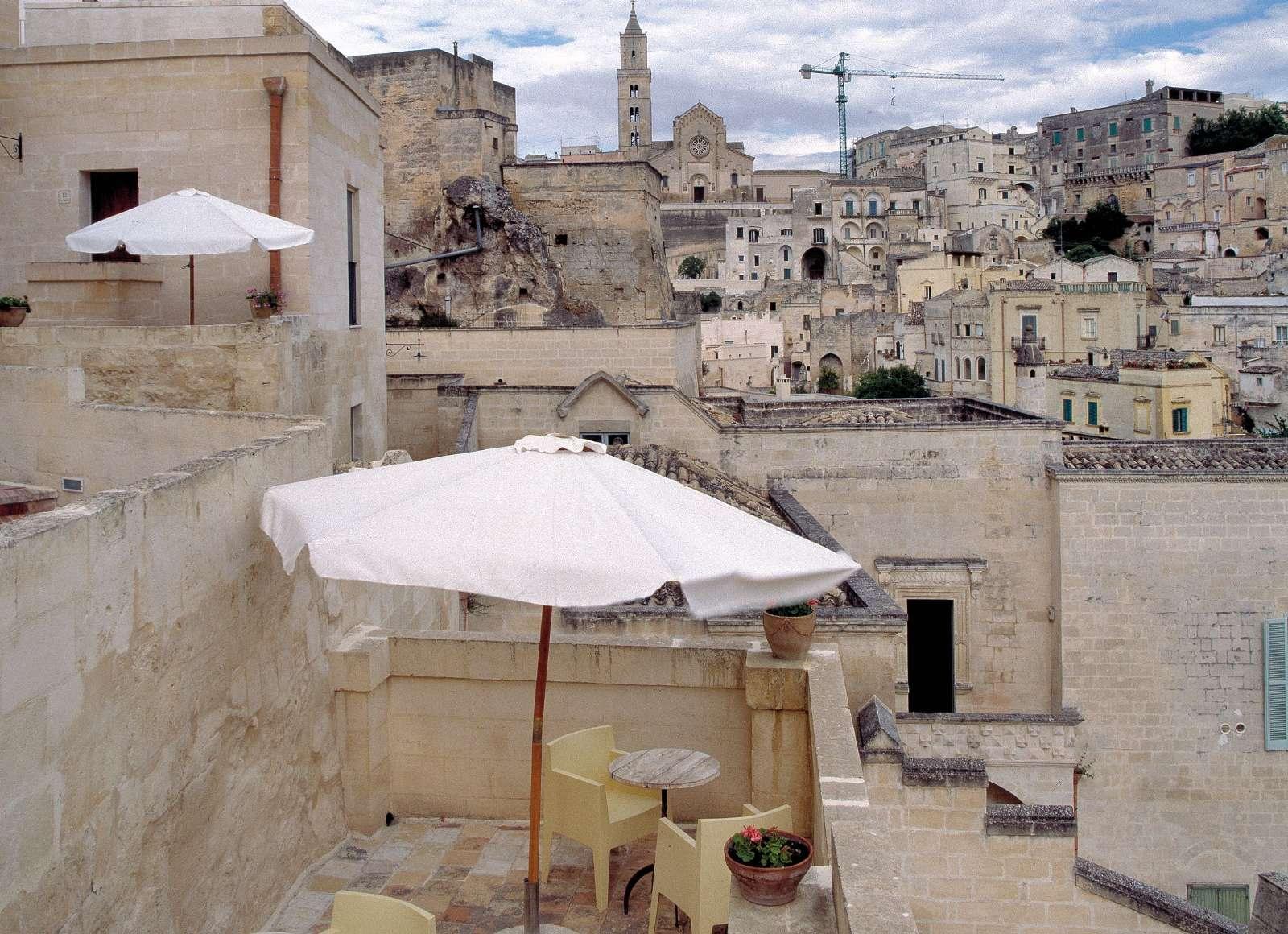 Leta upp en av terrasserna i San Martino di Matera- och titta ut över staden.