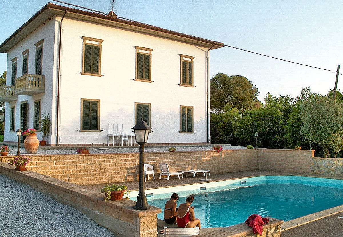 Villa Irene och dess pool med utsikt över Toscanas landsbygd.