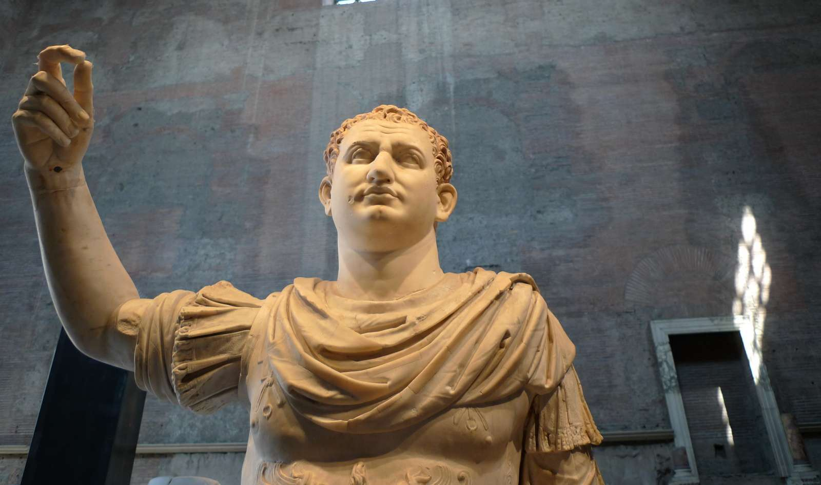 Renoverad staty i Forum Romanum