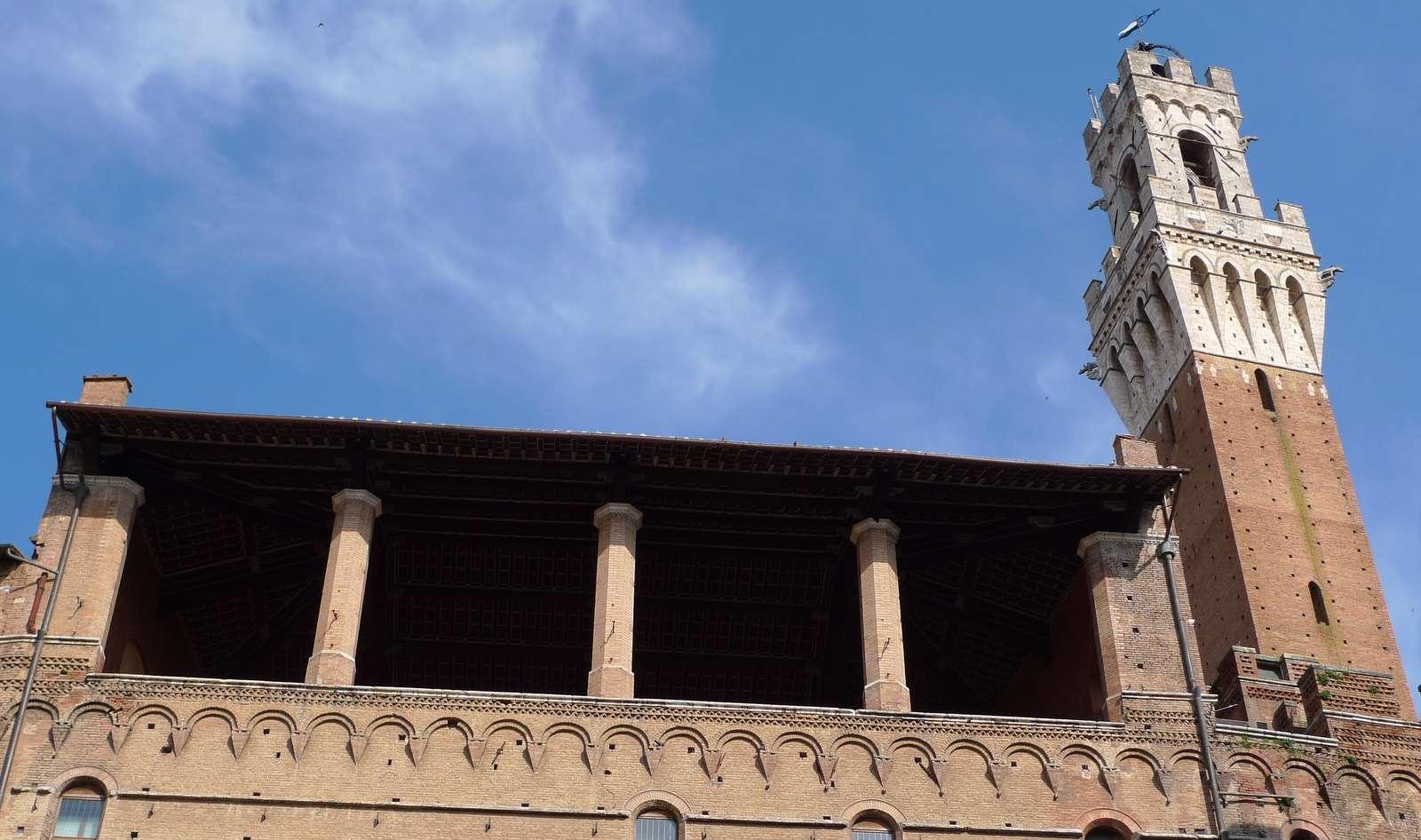 Palazzo Pubblicos stora altan ut mot Piazza del Mercato