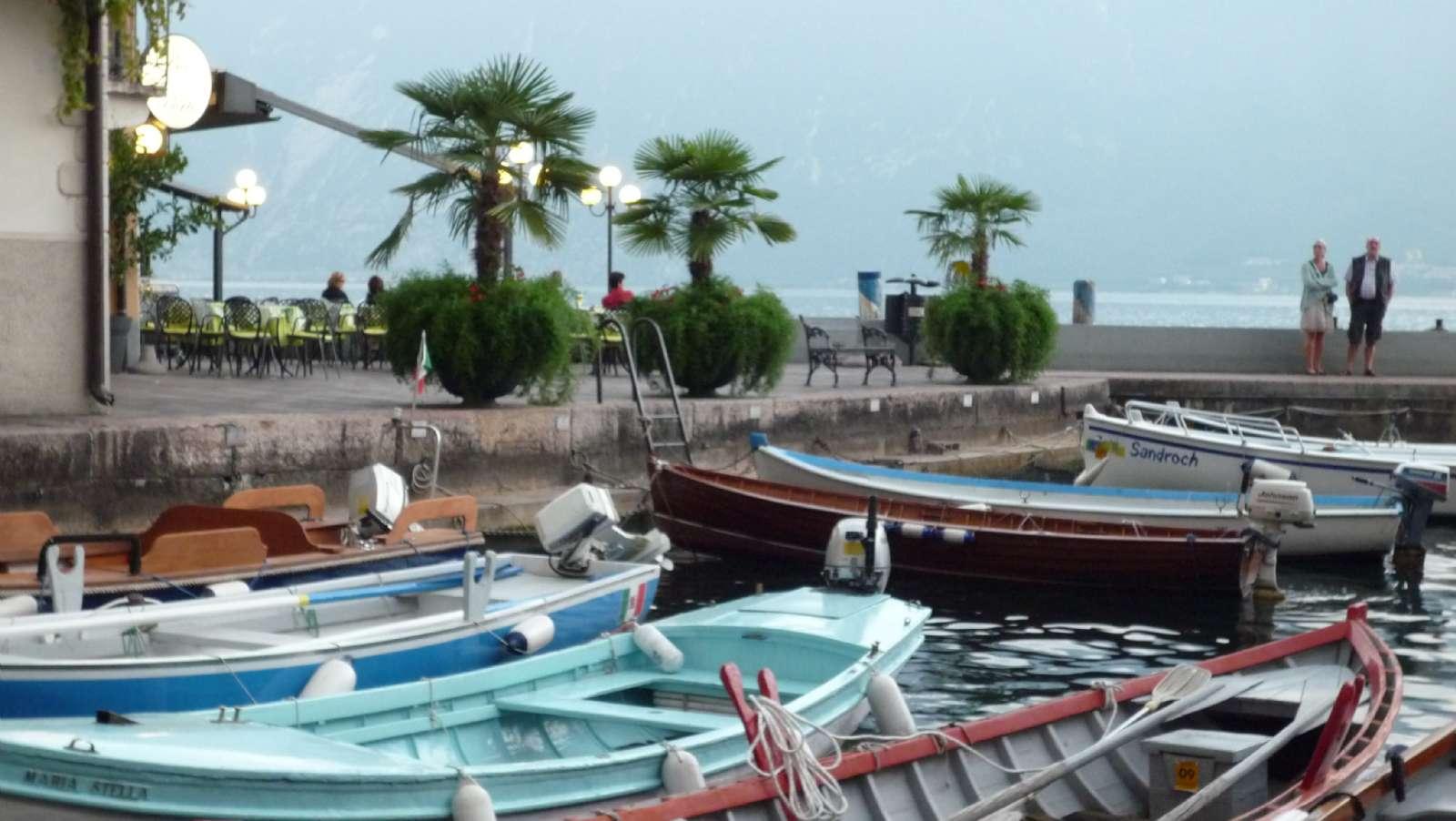 Hamnen vid Iseo stad vid Iseosjöns bredd