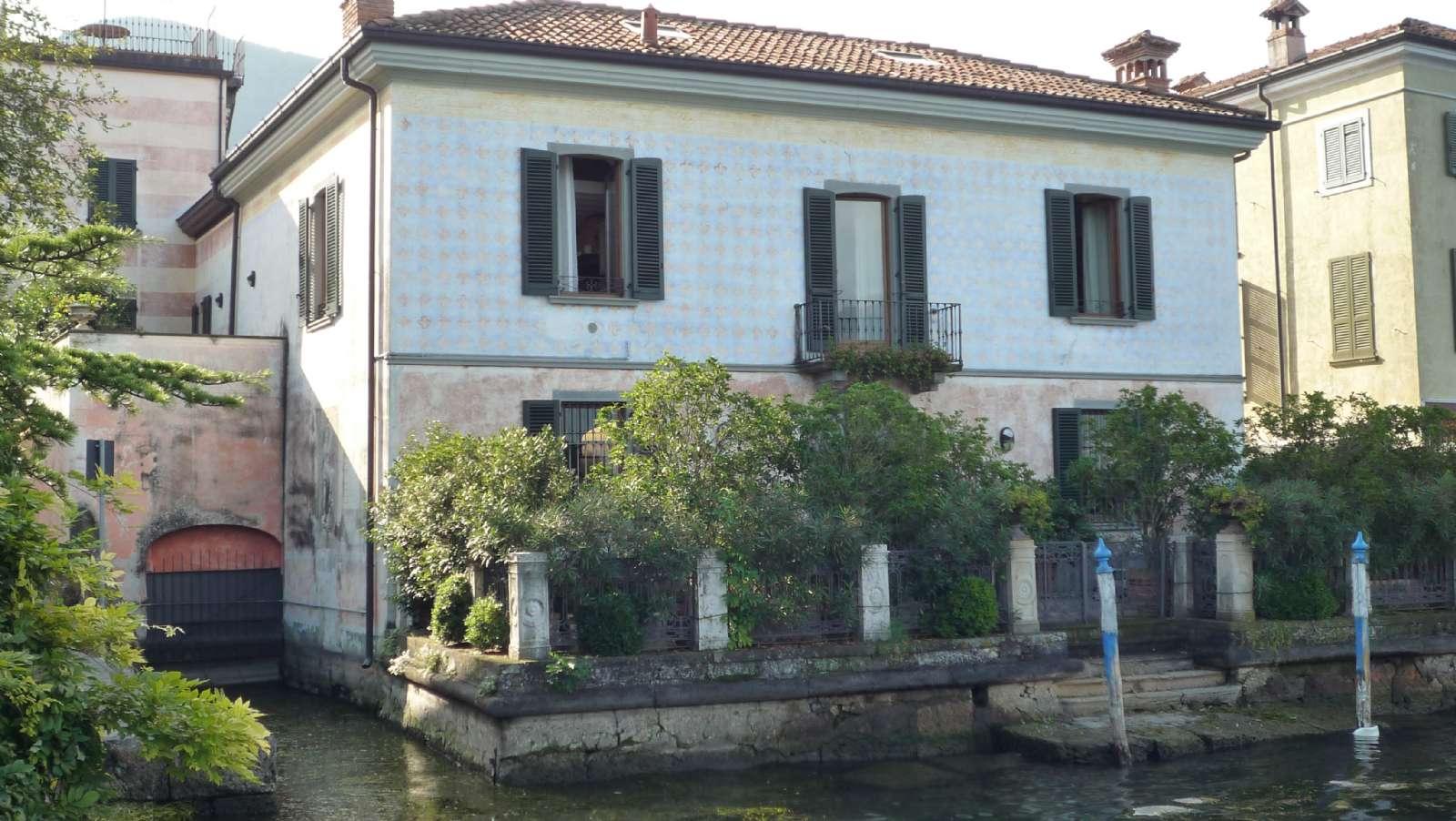 Smukt hus på søbredden i Iseo - her har man egen bådebro