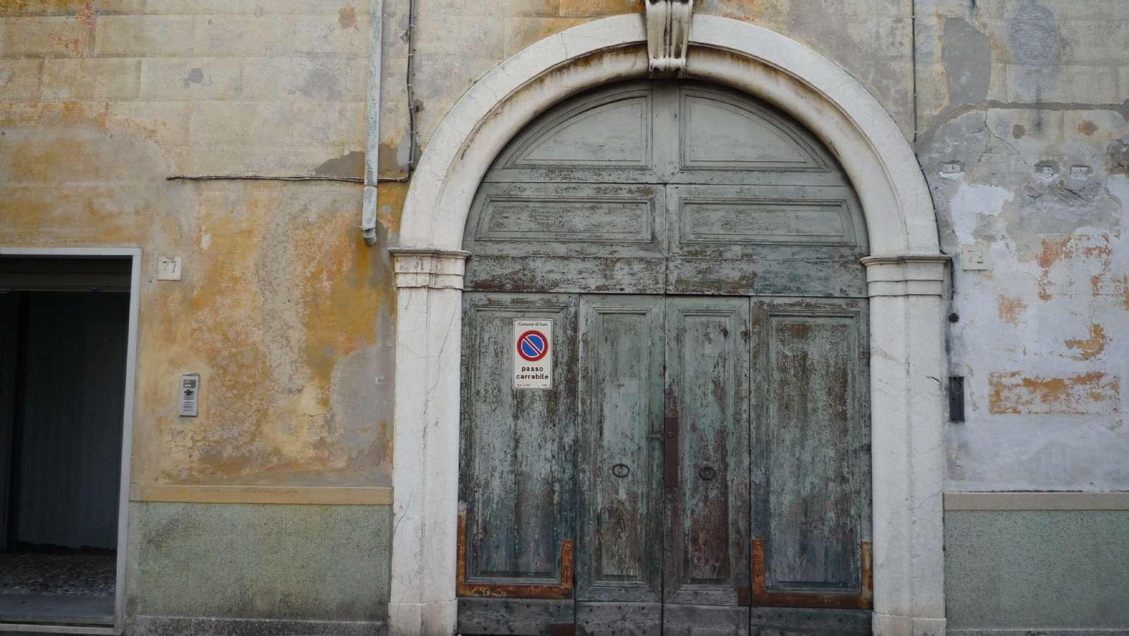 Smuk gammel dør i Iseo bymidte