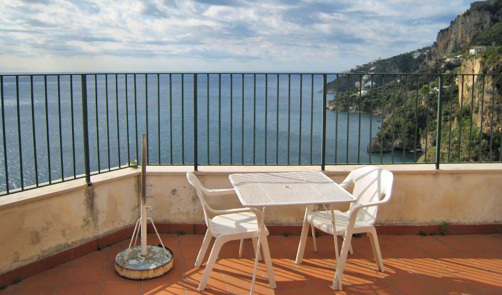 Genießen den Blick über das Meer von der Terrasse