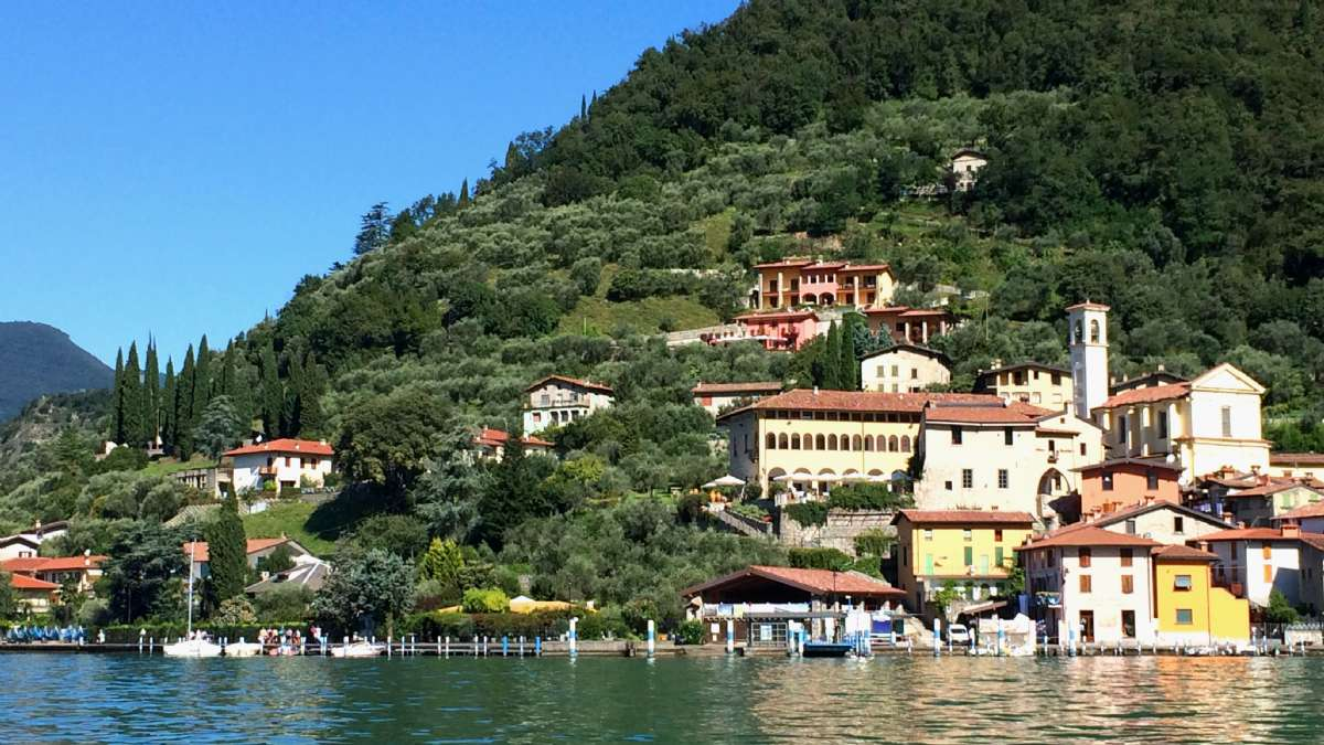 Castello Oldofredi ligger smukkt på øen Montisola i Iseosøen (den gule ejendom i midten med arkadebuerne)