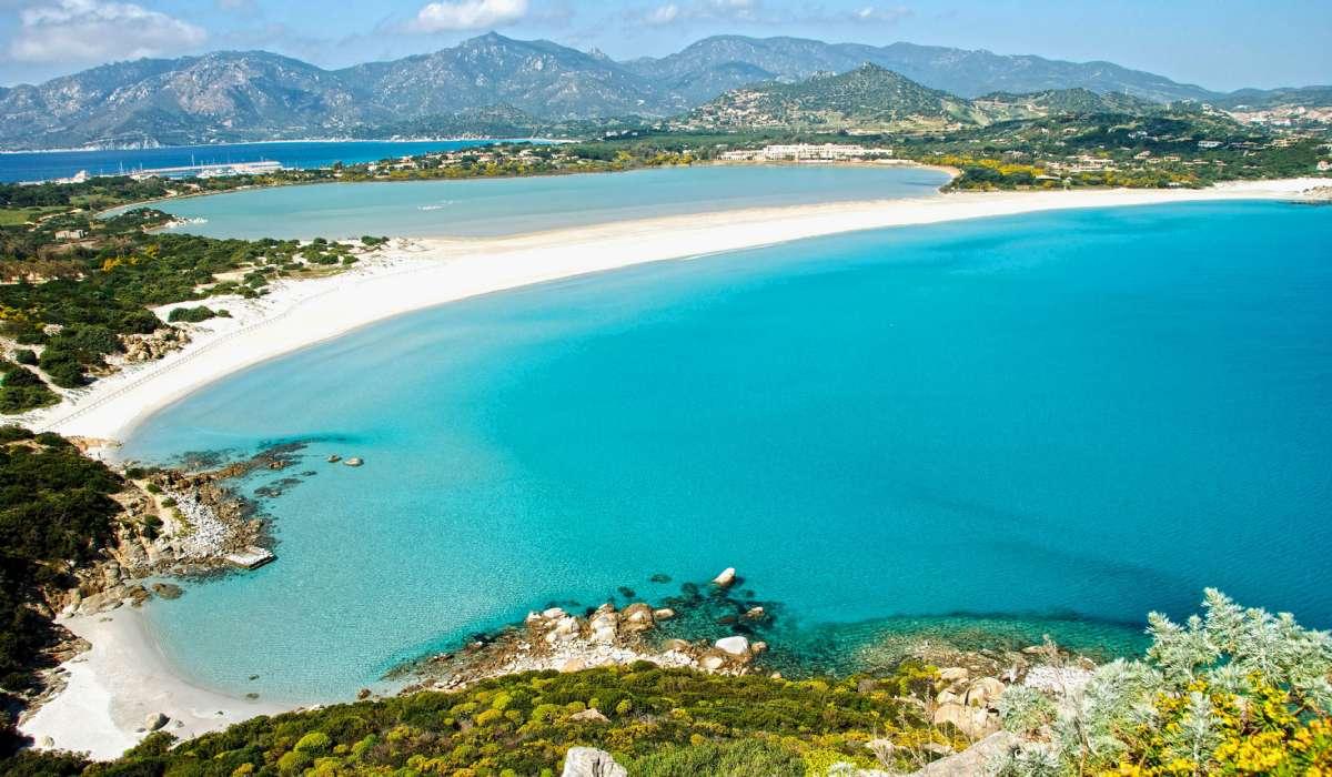 Schöner Sandstrand in Villasimius im Süden Sardiniens