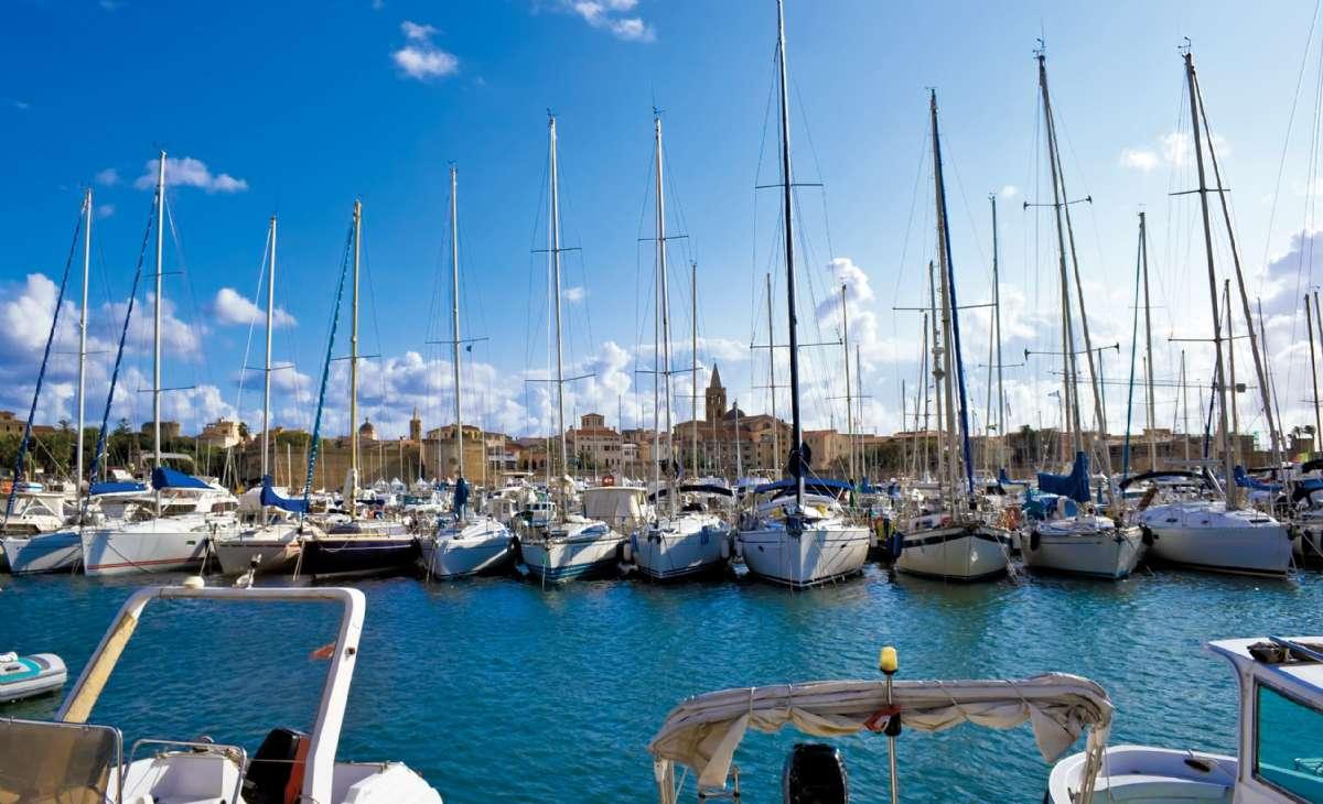 Lustbåtshamnen med historiska Alghero i bakgrunden