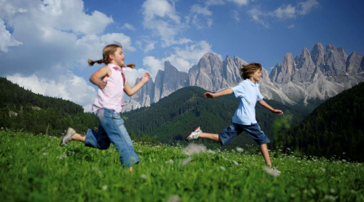 Leg i Val di Funes, under le Odle-tinderne