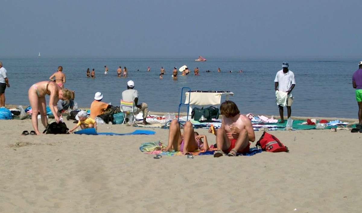 Solbadning på den brede sandstrand i Lido degli Estensi, Emilia Romagna