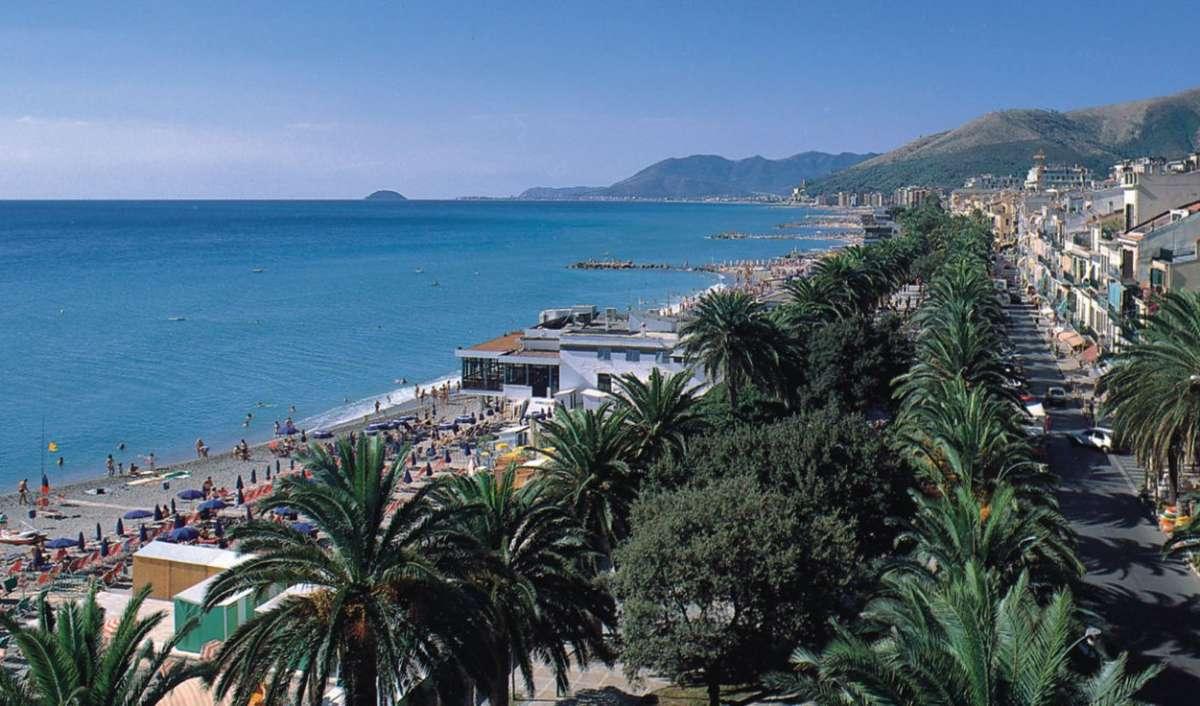 Stranden ved livlige Loano i Ligurien