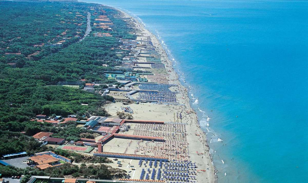 Stranden ved Tirrenia i Toscana set fra luften