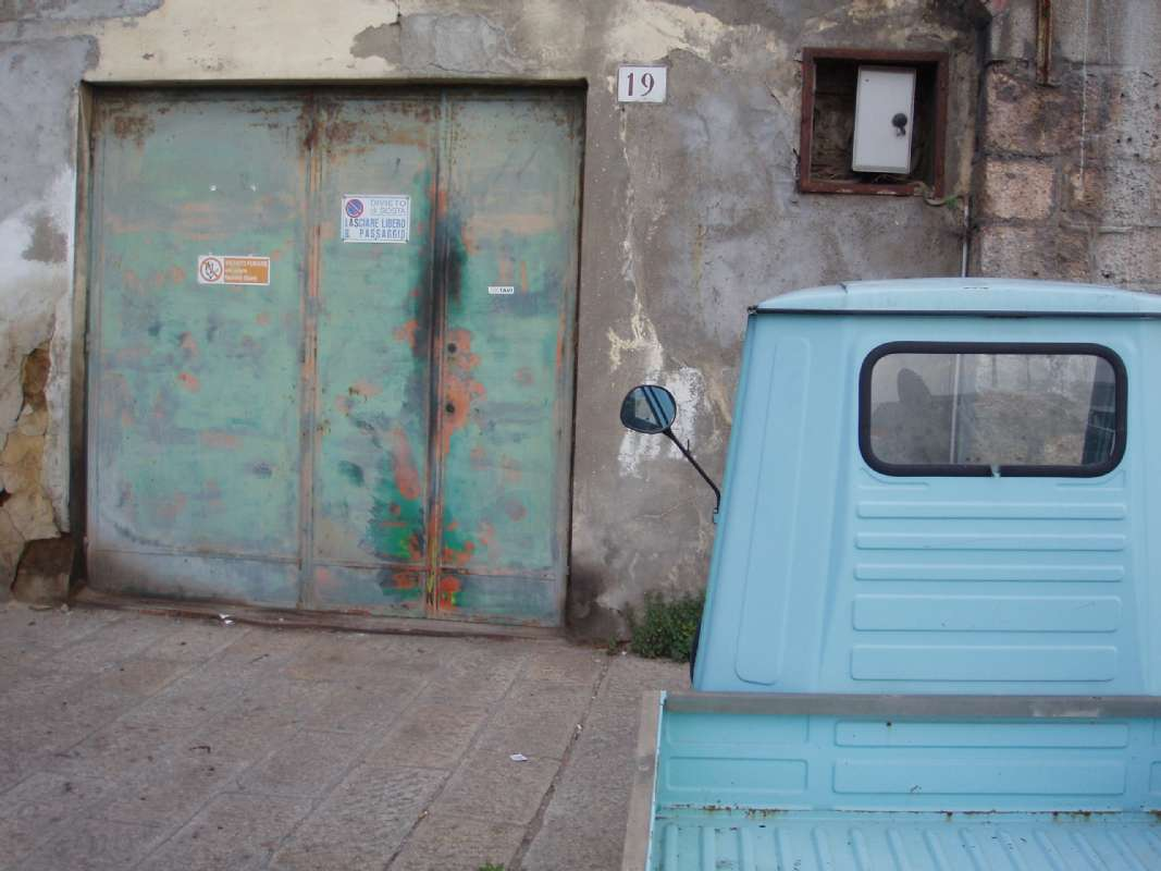 Turkis pick-up kaldet en 'Ape' (bi) på italiensk. Denne stod i Porto Santo Stefano i Toscana