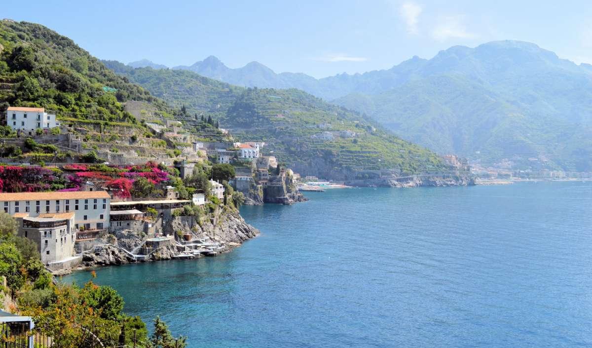 Den smukke kystlinje mellem Atrani og Minori