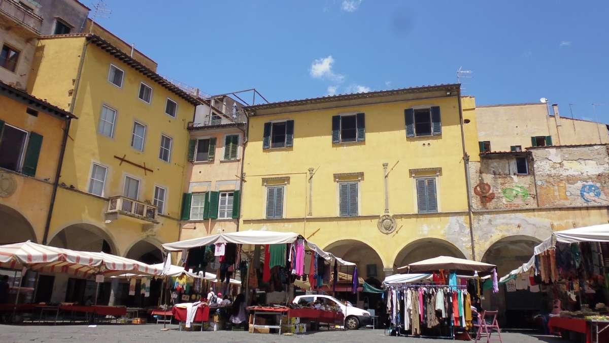Maleriske Piazza delle Vettovaglie i Pisas centrum