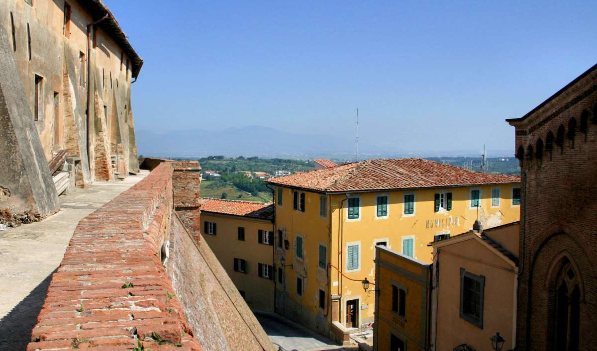 Den befæstede by Lari midt i Toscana