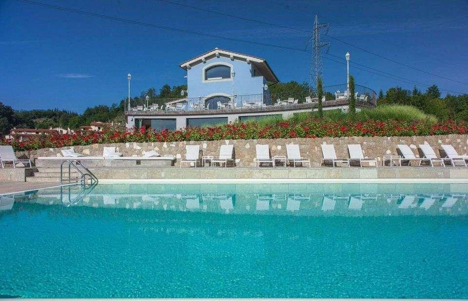La piscine extérieure de l'autre côté de la route