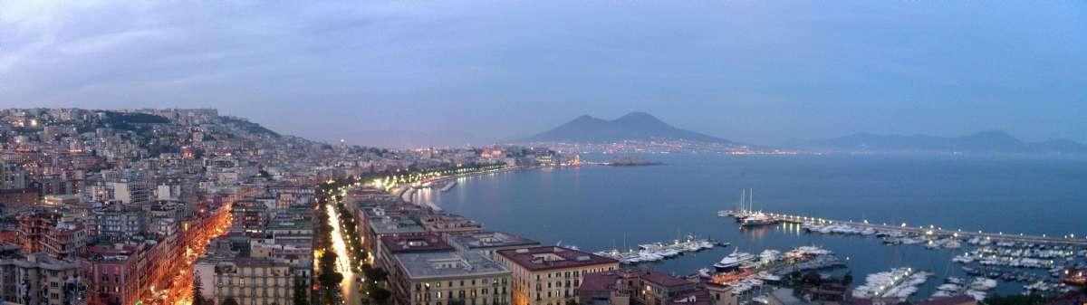 Kvällspanorama från Napoli (foto: Yoruno, Wikimedia Commons)
