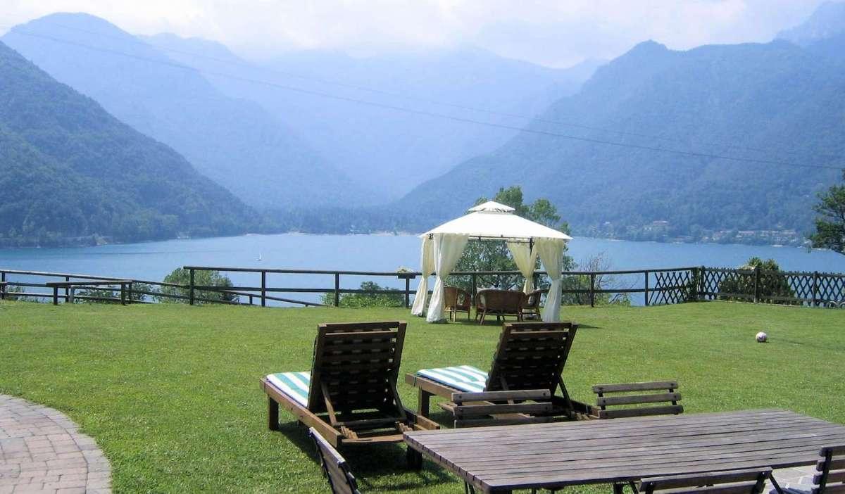 Nyd nærheden til den altid smukke natur når du bor på Bed & Breakfast i Italien. Her Bed and Breakfast Ai Casai ved Ledrosøen i Sydtyrol.
