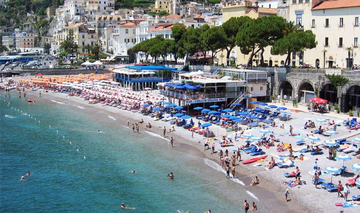 Bien qu'elle soit très rocheuse, la Côte Amalfitaine compte de belles plages