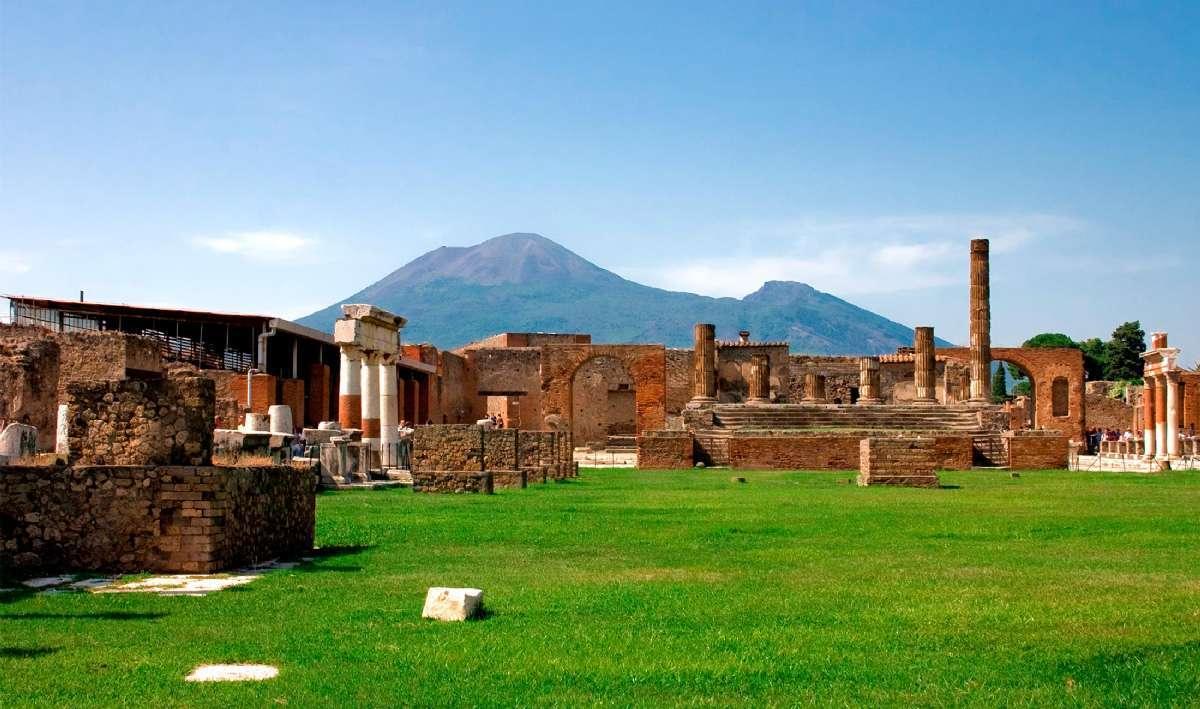Ruinerne ved Pompeii med Vesuv i horisonten