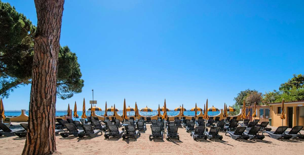 Residence Mediterraneos privata strand ligger endast 200 meter bort