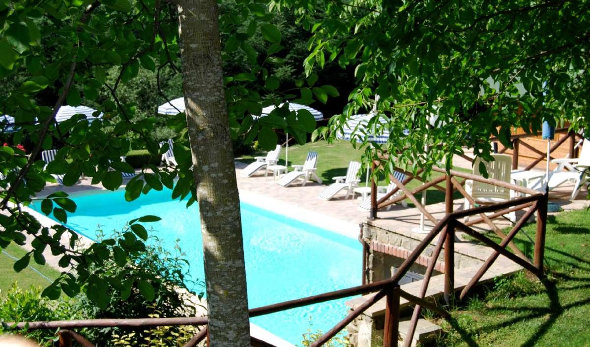 Nyd skyggen og solen ved pool, som ligger 700 meters gang fra centrum