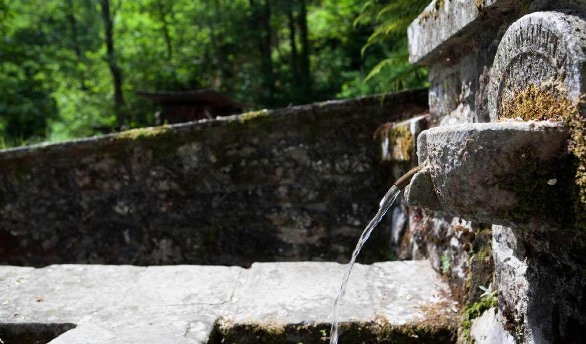 En vandkilde lige ved byen