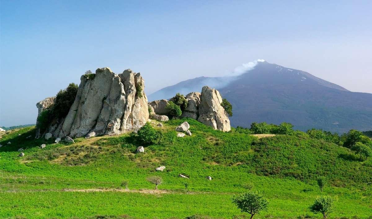 Vackra klippformationer i Agrimusco-platån framför Etna
