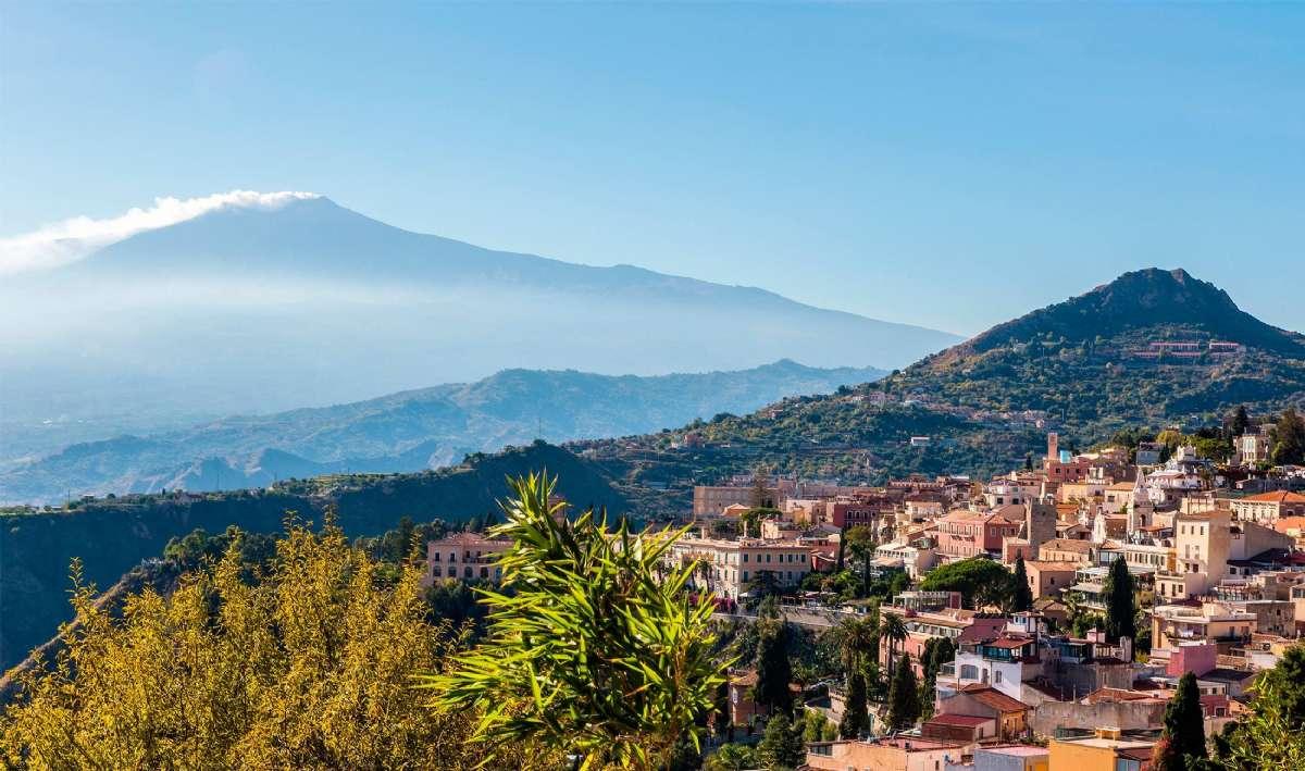 Taormina ligger i det vackra landskapet framför Etna