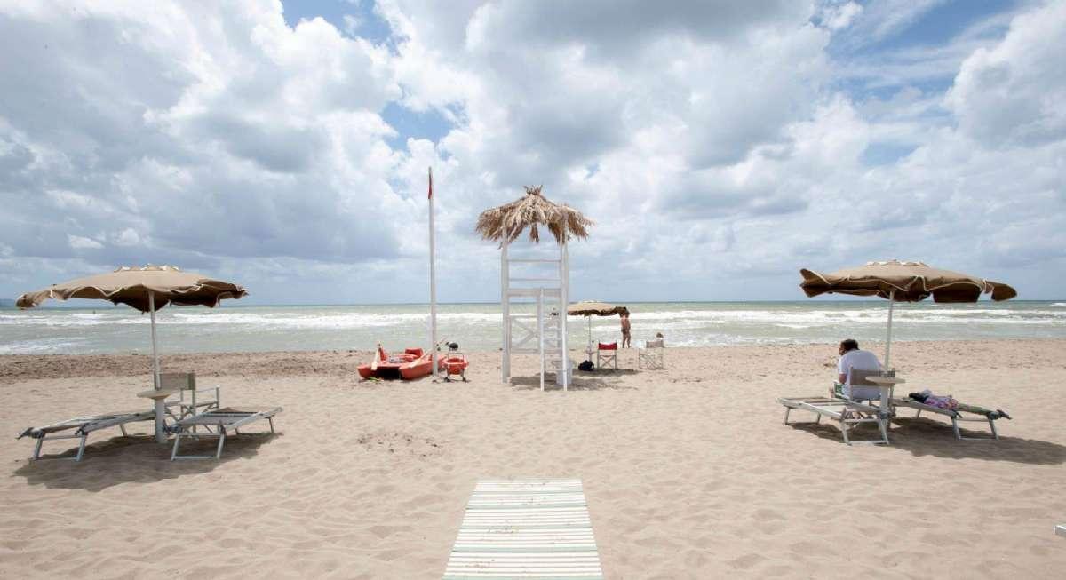 Der er god plads mellem solsengene på Oleandri Resort
