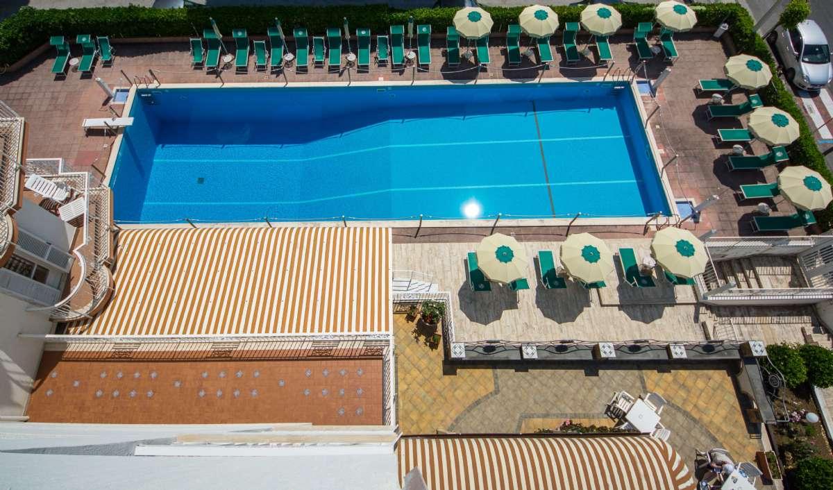 Poolen på forsiden af hotellet