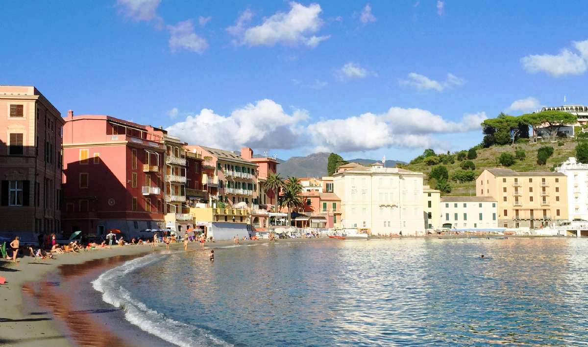 Miramare er det lyserøde hotel i midten til venstre for palmerne