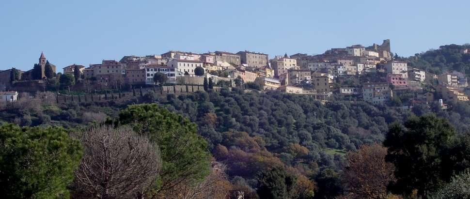 Vy upp till Scarlino i Toscana (foto: Matteo Vinattieri, Wikimedia Commons)