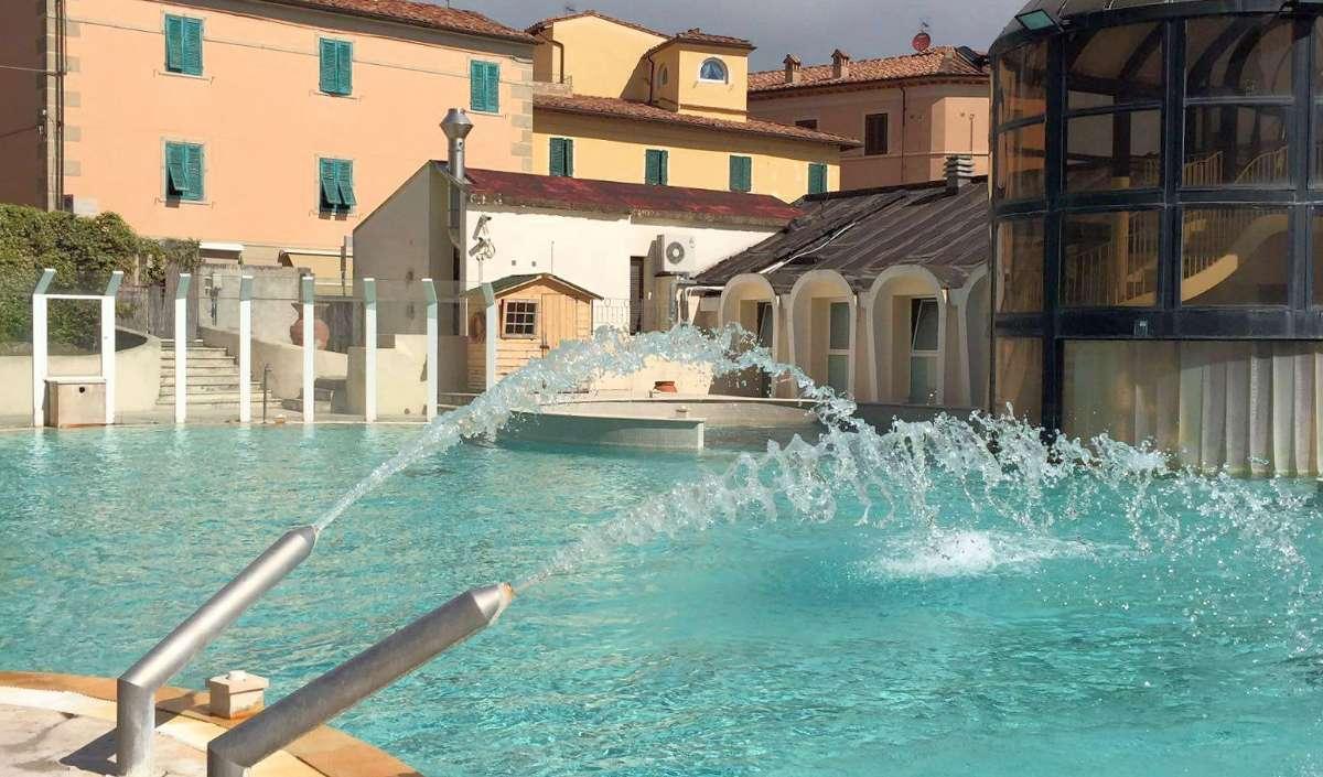 Det udendørs termiske bassin og Villa Borri i baggrunden