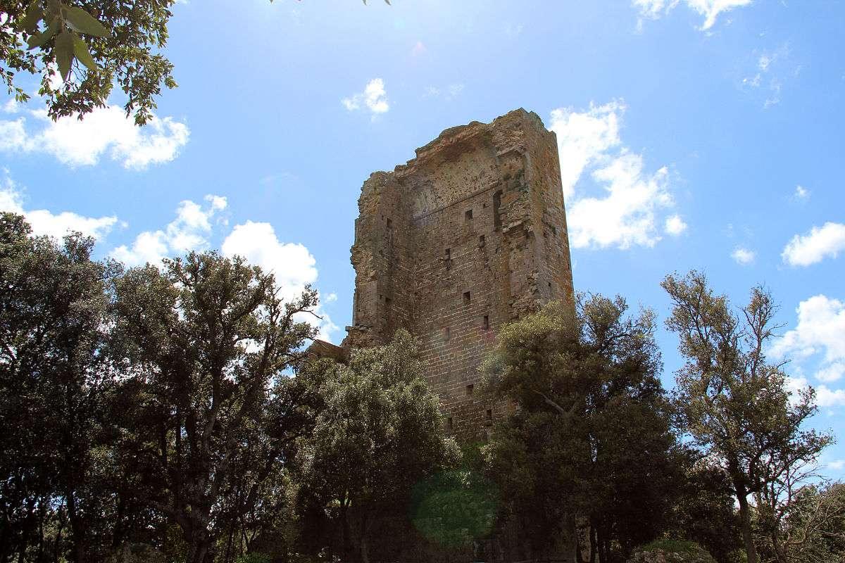 Ruinerne af Castello di Donoratico. Foto: Wikimedia Commons, loki_racer