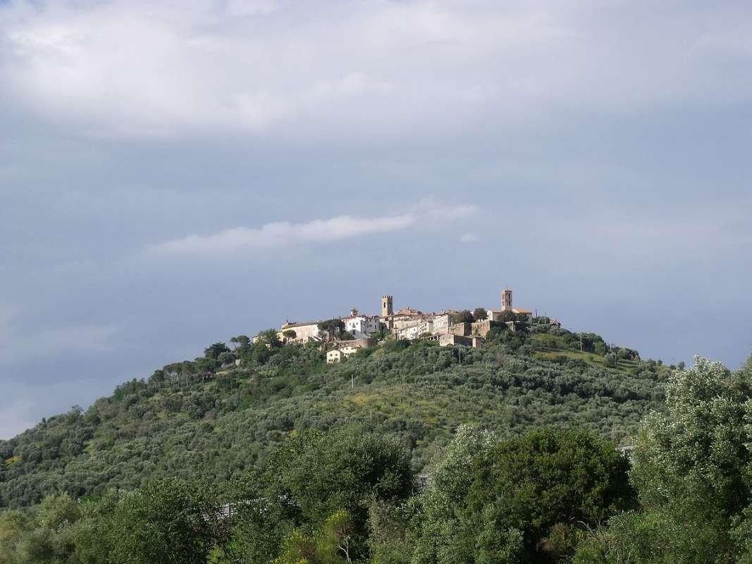 Montepescali på toppen af bakken (foto: Wikimedia Commons, LigaDue)