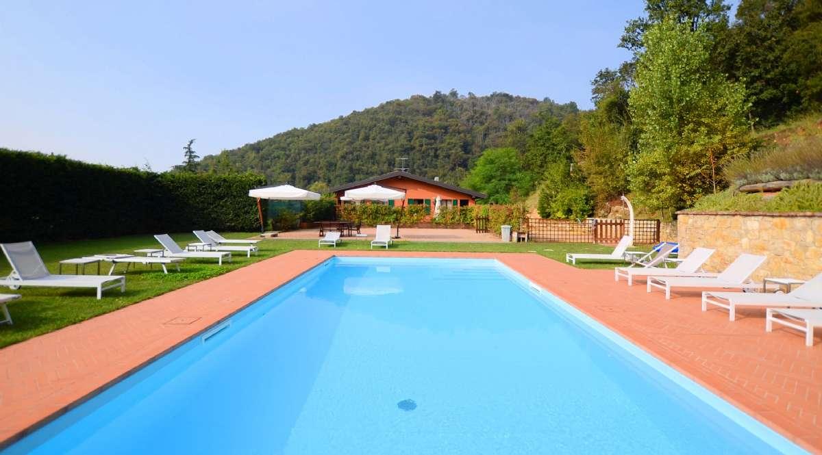 Der Pool mit den beiden Wohnungen im Hintergrund