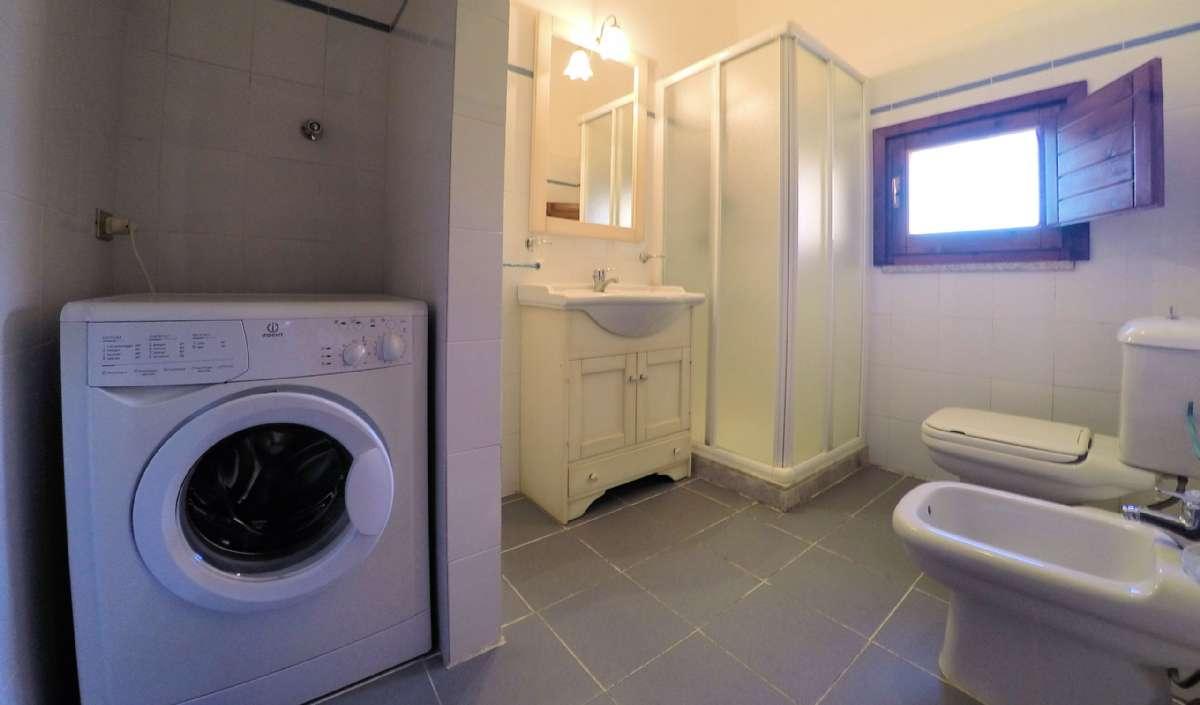 Badeværelse med vaskemaskine på Residence Spiaggia Bianca
