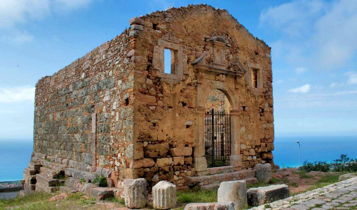 Jupiters tempel fra det 5. århundrede f.Kr. byder velkommen til byen til alle rejsende der tager vejen fra kysten op ad bakken