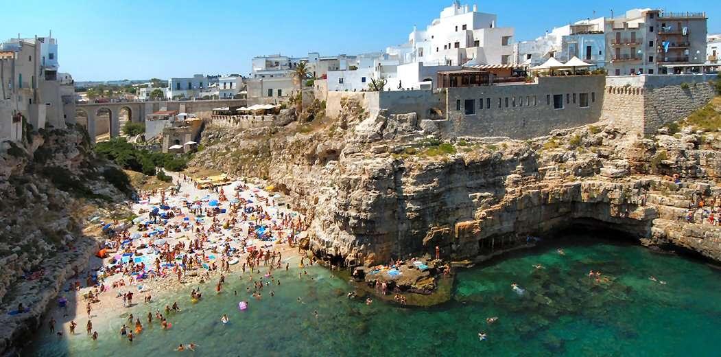 Hotellet ligger yderst på klippeskrænten til højre for stranden