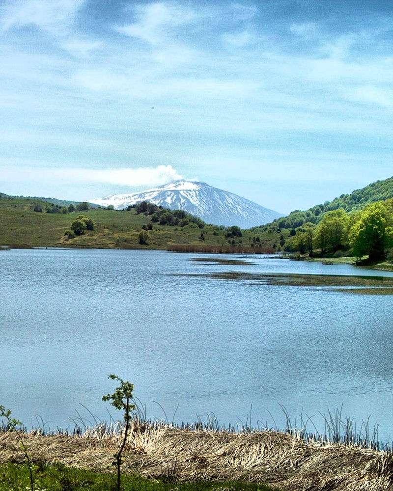 Le volcan Etna vu du Lac Biviere