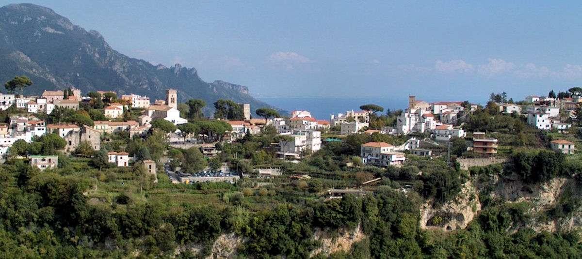 Vue Ravello depuis la ville de Scala