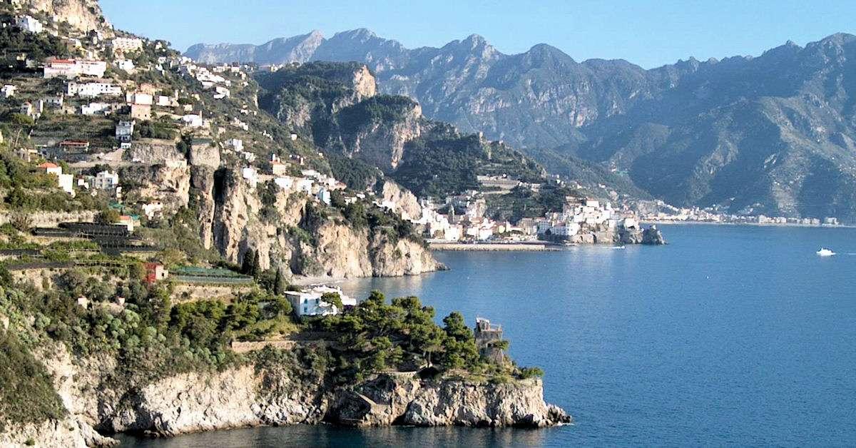Den maleriske klippekyst på Amalfikysten