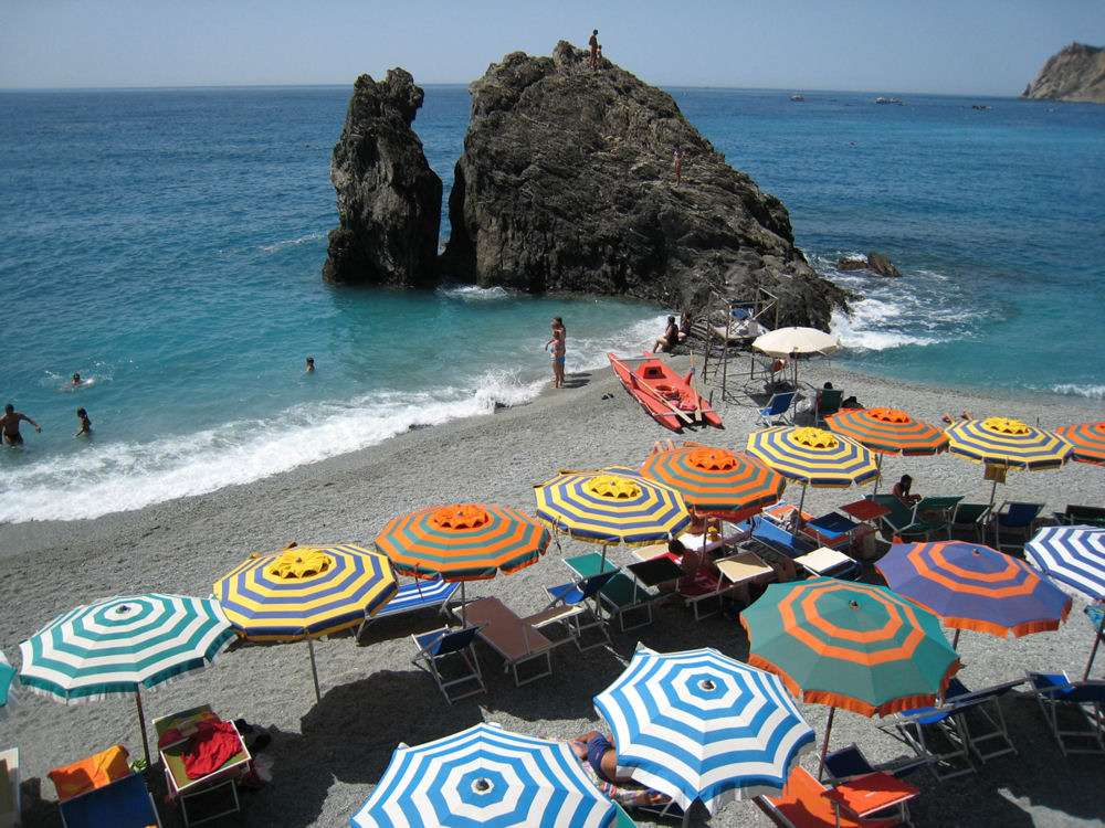 Kulørte parasoller på stranden i Monterosso